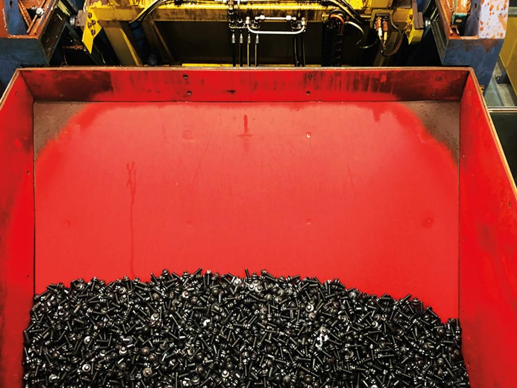 Die Verschleißschutz-Auskleidung zeigt selbst nach zwei Jahren, bei einem Durchsatz von 480 Mio. t Schrauben, noch keine Materialschwäche